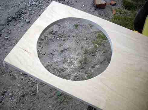 Як і чим випилювати криві і кола. Як вирізати коло в фанері: підбір інструменту, технології фігурного різання лобзиком, фрезером і підручними засобами як вирізати отвір у фанері без лобзика